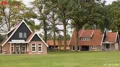 Landelijke woningen in saksische stijl, met donkere eiken gevels en lichte genuanceerde steen