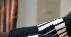 Minulla on ystävä, jolle musiikki on lähellä sydäntä. Nähdessäni nämä sukat ajattelin heti, että tuossa on hänelle sukat. Näytin hänelle ... Knitted Hats, Beanie, Knitting Ideas, Fashion, Moda, Fashion Styles, Beanies, Fashion Illustrations, Knit Hats