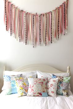 I'm not really one for bunting decorating, but this fabric streamer above the bed would be darling in the girls room!