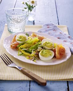 Unser beliebtes Rezept für Gefüllte Eier mit Wasabi und Räucherlachs auf Zuckerschoten-Paprikasalat und mehr als 55.000 weitere kostenlose Rezepte auf LECKER.de.