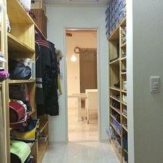 女性で、3LDK、家族住まいのつかなお流『人生がどよめく片付けの阿呆』/玄関収納/収納/整理収納部/玄関/入り口…などについてのインテリア実例を紹介。「続き (๑ºั罒ºั )ヒヒ♡* 片側は全面下駄箱。もう反対側はバッグ置き場とコート掛け。コート掛けは、可動式棚で夏場は棚だけにしてます。また、続く。。。」(この写真は 2013-12-08 20:30:48 に共有されました)