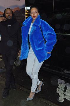 She wears a Smurf-blue Kye Fall 2014 collection coat with Isabel Marant white jeans and gray, lace-up Manolo Blahnik heels. Moda Rihanna, Rihanna Fenty, Look Fashion, Fashion Photo, Fashion Outfits, Street Style Rihanna, Looks Rihanna, Rihanna Outfits, Rihanna Fashion
