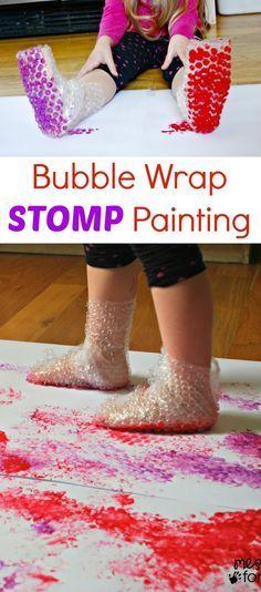 Botas feitas com plástico de bolhinhas para deixar pegadas coloridas... Bubble Wrap Stomp Painting | Mess For Less