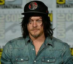 Norman Reedus has such wide shoulders.... and long hair.... he so sexy...