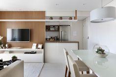 No espaço de 66 metros quadrados, espelhos e cores claras dão amplitude. O décor segue um estilo sóbrio e elegante