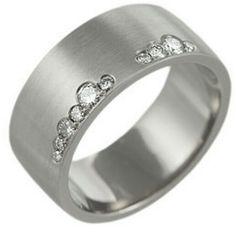 Tendencia en argollas de matrimonio: Oro blanco 18k con efecto satinado en lozas (No requiere mantenimiento) Diamantes de 5 4 3 y 1.5 puntos en engaste asimétrico. Un toque muy moderno #wedding #weddingband #argolla #fb #gold #oro #diamond #love #forever #ring #tw #pin #joyeria #compromiso #jewelry #fashion #design