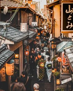 Ponto-chō Alley in Kyoto becomes a magical place in the evening and is often thought to be the most beautiful street in the city. Did you know that no cars, modern buildings or gaudy signs are allowed? Aesthetic Japan, City Aesthetic, Japanese Aesthetic, Photo Japon, Japan Photo, Japon Tokyo, Cultural Architecture, Japanese Architecture, Japan Landscape