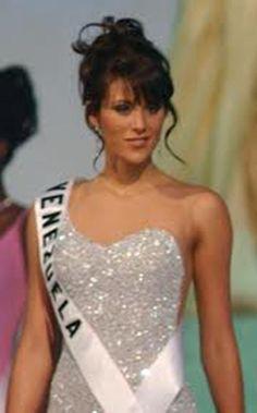 Cynthia Lander Miss Venezuela en su presentación en Traje de Gala in Miss Universe 2002