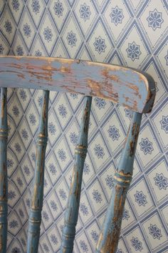old painted wooden chair, vintage-look geometric wallpaper Love Blue, Blue And White, Swedish Cottage, Country Blue, Country Charm, Country Living, Geometric Wallpaper, White Wallpaper, Swedish Wallpaper