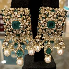 Emerald Jewelry, Indian Jewelry Earrings, High Jewelry, Luxury Jewelry, Gold Jewelry, Diamond Jewellery, Antique Jewelry, Mehndi Dress For Bride, Indian Bridal Jewelry Sets