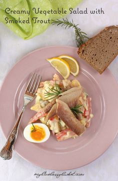 This creamy vegetable salad with smoked trout is a new interpretation of the traditional European herrings salad. Healthy ingredients and quick to make. Smoked Trout, Smoked Fish, Pear Salad, Vegetable Salad, Starters, Salad Recipes, Blueberry, Avocado, Salads