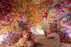 """A instalação chamada Colorful Rebellion — Seventh Nightmare de Sebastian Masuda chamou a atenção de Nova York. O artista encheu uma sala com bichos de pelúcia, acessórios, bonecas e outros brinquedos supercoloridos. A explosão de  objetos """"Harajuku kawaii"""" utiliza materiais não convencionais e objetos coloridos que se associam com brincadeiras de criança, mas que revelam a complexidade, a escuridão e as obsessões que compõem o mundo interior dos adultos."""