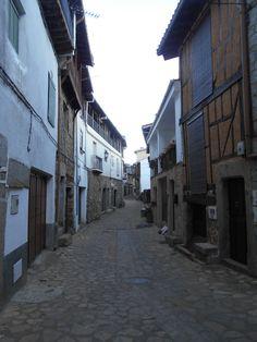 Villanueva del Conde. Calle principal, llamada Larga  que rodea al núcleo urbano de huertas