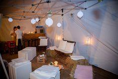 Sitzecke mit Heuballen bei Elegante Herbsthochzeit von Juliane Vatter | Hochzeitsblog - The Little Wedding Corner