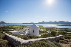 House in Antiparos, Greece. An eclectic Cycladic summer home, sunny & welcoming. Up on a mild slope,  enjoying unreal views to unique serene landscapes. 3min drive to crystalline AgiosGeorgios beach & 2 gourmet seafood tavernas, 15min boatrip to renowned ApolloTemple excavat...