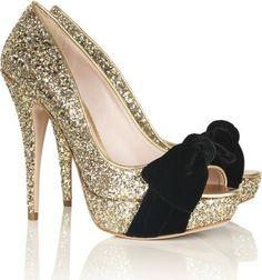 Como ajustar sapatos metalizados em looks diurnos?