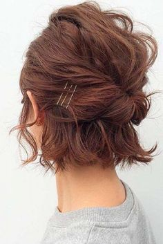 Easy Updo Hairstyles for Short Hair picture 2 frisuren frauen frisuren männer hair hair styles hair women Short Hair Images, Short Hair Styles Easy, Curly Hair Styles, Short Hair Updo Easy, Short Curly Updo, Messy Updos For Short Hair, Updos For Bobs, Short Bangs, Curling Short Hair