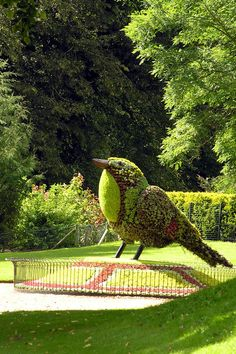 Waddesdon Manor, topiary bird #topiary #gardensculptor http://livedan330.com/2014/08/25/epic-topiary-garden-art/