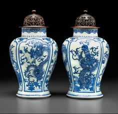 A pair of blue and white 'dragon' jars, Kangxi period (1662-1722)