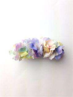 アジサイの花びらをクリップの両面に敷き詰めた、とってもボリューミーで贅沢なバナナクリップ。左右どちらから見てもお花でいっぱいです!いつものまとめ髪がフェアリー...|ハンドメイド、手作り、手仕事品の通販・販売・購入ならCreema。