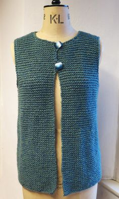 Easy to wear, easy to knit. This Gilet, Waistcoat, Jerkin can be easily knit with coarse / voluminous yarn in garter sts 114 122 134 cm Back length 23 24 25 26 in 58 60 62 64 66 cm 4 x 100 g balls from King Cole Big Value Chunky Shadow 557 & & Tea Cosy Knitting Pattern, Knit Vest Pattern, Sweater Knitting Patterns, Knit Patterns, Free Knitting, Knitting Yarn, Beginner Knitting Projects, Knitting For Beginners, Garter Stitch