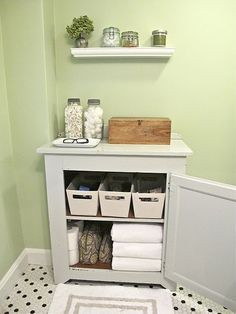bathroom organization. looks like it would be great for a small bathroom