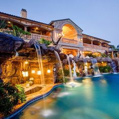 Everyone loves luxury swimming pool designs, aren't they? We love to watch luxurious swimming pool pictures because they are very pleasing to our eyes. Now, check out these luxury swimming pool designs. Crazy Houses, Dog Houses, Fancy Houses, Large Houses, Dream Mansion, Mansion Rooms, Luxury Pools, Dream Pools, Mansions Homes