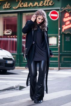 my favorite trend for this year: the 70's. I wear a flared leather pants from SLY010 , a blazer from Karen Millen and a bag from Saint Laurent. Do you like this #allblackeverything outfit?