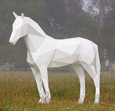 Садово-парковые скульптуры животных, лошадей. Бен Фостер работает с алюминием, но полигональные скульптуры животных возможно изготовить и из других материалов.  white horse by ben foster