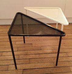Paire de tables trianglulaires en métal perforé laqué noir et blanc. Mathieu Mategot France, c. 1950 H: 41 cm, L: 61 cm, P: 43cm Prix sur demande