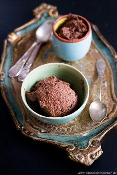 Mit diesem Rezept erfahrt Ihr, wie man einfach und schnell ein Mousse au Chocolat ohne Ei zaubern kann.