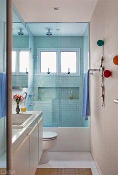 Banheiro pequeno com pastilha azul.