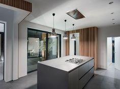 maison ultramoderne: suspensions au-dessus de l'îlot de cuisine