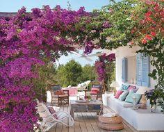 Absolut de vis casa asta simplă cu terase pline de flori!