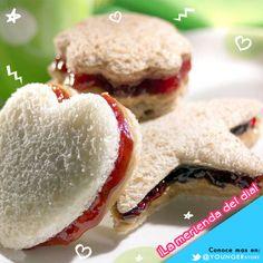 ¡Es hora de la merienda!  Haz sandwiches con el pan que utilizas normalmente y rellénalos con mantequilla de maní o mermelada de fresa, luego córtalos en formas divertidas como estrellas o corazones.    Hacer la comida divertida no es nada difícil.