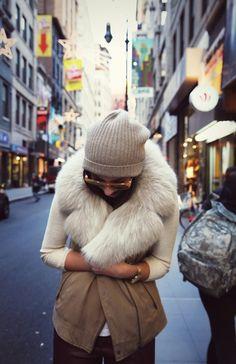 Fur collar vest, wool cap, simple shirt, cream glasses