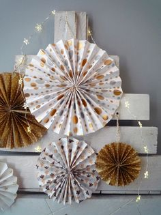 Pour décorer votre sapin ou encore votre maison, par exemple pour personnaliser une chaise, optez pour les rosaces en papier plié ! C'est délicat, raffiné et simple à réaliser... même avec les enfants !