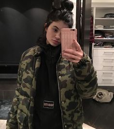Look at Kendall jenner outfits, Jenners eliminates Celebrities fashion. Kylie Jenner Outfits, Kylie Jenner Fotos, Trajes Kylie Jenner, Kylie Jenner Mode, Looks Kylie Jenner, Kris Jenner, Kylie Jenner Instagram, Kylie Jenner No Makeup, Kylie Jenner Hair Updo