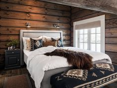 Modern Cabin Interior, Modern Cabin Decor, Modern Rustic Bedrooms, Cabin Homes, Log Homes, Mountain Cabin Decor, Mountain Bedroom, Cabin Interiors, Cottage Living
