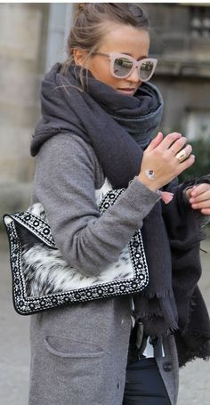 OUTFITS CASUALES CON BUFANDA PARA ESTE OTOÑO-INVIERNO Hola Chicas!!! A mi en los personal me encantan las bufandas, son indispensables para los dias fríos, con una buena chaqueta y tu bufanda no pasaras frio, les dejo una galería de fotografías con outfits casuales con bufandas.