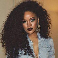Rihanna shits on these hoes with a beat face and naturally like damn girl WERK Estilo Rihanna, Mode Rihanna, Rihanna Love, Rihanna Riri, Rihanna Style, Rihanna Makeup, Curly Hair Styles, Natural Hair Styles, Rihanna Outfits