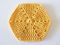 Estes hexágonos formam um design muito bonito em qualquer peça. De uma cor só ou bem coloridos, estes charmosos squares são perfeitos para ...