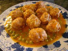 Albóndigas de carne de cerdo y ternera, rebozadas y fritas; se sirven con un sofrito de tomate, fáciles y rápidas albóndigas de carne. Exquisitas.
