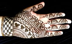Simple Mehendi designs to kick start the ceremonial fun. If complex & elaborate henna patterns are a bit too much for you, then check out these simple Mehendi designs. Henna Hand Designs, Mehandi Designs For Kids, Latest Henna Designs, Mehndi Designs For Beginners, Mehndi Designs For Hands, Simple Mehndi Designs, Palm Mehndi Design, Legs Mehndi Design, Mehndi Design Pictures