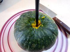 カボチャをラクに切っちゃおう 〇菜箸を使った方法 必要な道具 菜箸1本、包丁 出典: メドウ まずカボチャのヘタを取っていきます。包丁の刃の根元を使います。ヘタのまわりを傷つけていく感じです。徐々に深く切り込んでいきましょう。 ヘタが取れたら、菜箸をさしこみます。無理をせず、ささるところまででOKです。 カボチャは内側から皮側に向かっている力があります。菜箸をさすことでその力が弱まり包丁が入りやすくなるのです。 カボチャに包丁を入れていきます。思い切って切り込んでいくと、そんなに力を入れなくても深く包丁が入っていくのが分かります。 ぐるっと一周、包丁を入れます。 ある程度、切り込みが入ればあとは素手でパカッと割ることができます。半分に割った後、さらに細かく切っていくときも、皮側から包丁を入れ、ある程度切れ目が付いたら手で割ってしまいましょう。