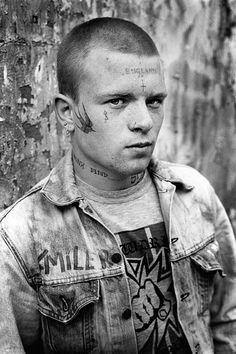Derek Ridgers intimes Porträt der englischen Skinhead-Szene - i-D Mode Skinhead, Skinhead Fashion, Skinhead Style, Skinhead Men, Skinhead Reggae, Androgynous Fashion, Style Punk Rock, Mode Punk, Youth Subcultures