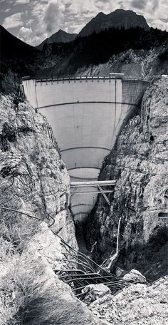 In Italy near Belluno in the Vajont's valley there's this dam, one of biggest ever builded. In the night of the 9th october 1963 most of Toc Moutain crubled in to the lake. The dam suffered only minor damages and it's stand still since today, but the subsequent wave kill almost 2000 peoples and completly destroy Longarone and several other small villages.