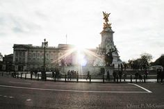 #OliverOnTheRoad back in #London at #BuckinghamPalace with a new shot of the sun! #LensFlair #Travel by theolivermcg