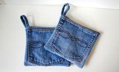 Tøffe tykke ,gode jeans grytekluter .Gryteklutene er sydd av gjenbruks jeanslommer. Inni er det et dobbelt lag fiber-platewatt. og Baksiden ... Denim T Shirt, Denim Ideas, Coachella, Fabric Crafts, Repurposed, Diy And Crafts, Sewing Projects, Quilts, Couture