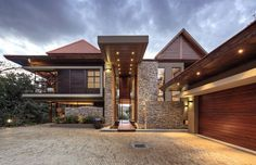 Természetes falburkolat és homlokzati burkolat egy modern ház falán